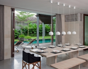 Villa Issi - Black and white dining area
