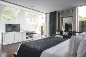 Villa Issi - Black and white master bedroom