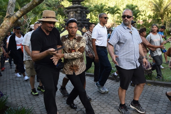 Barack Obama with security in Bali