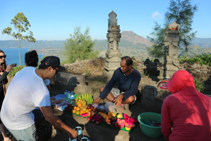 Muntigunung Bali charity hike with Elite Havens – Breakfast at the summit